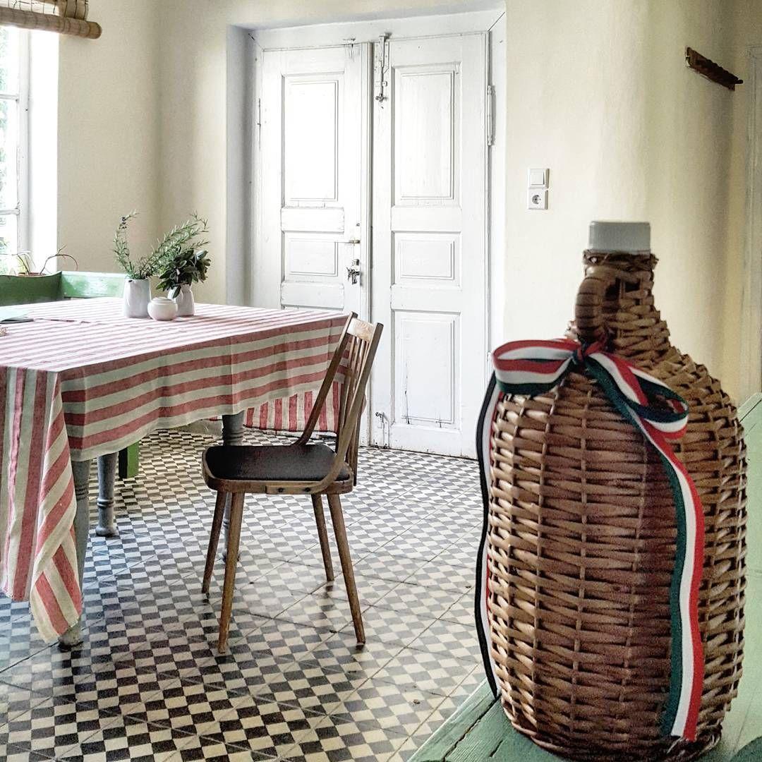Jadalnia w naszej kwaterze. Stół zaraz będzie uginał się od pyszności. #węgry #jadalnia #winozbaniaka #winowęgierskie  #miejscówkawakacyjna #hungary #hungarianwine  #dinnerroom #langoszek