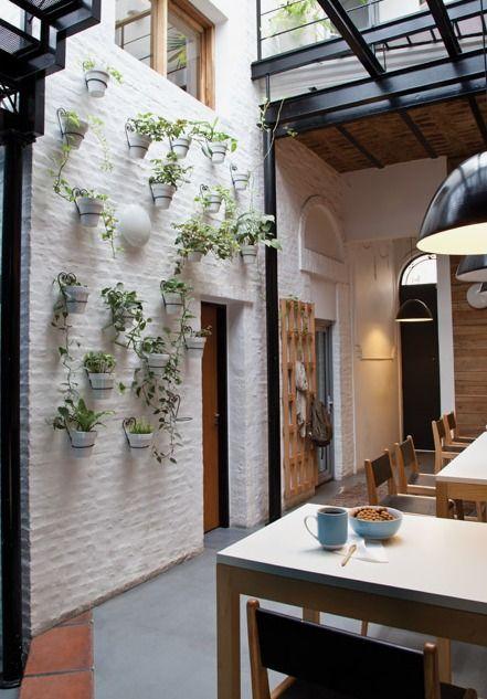 Una casa chorizo convertida en un c lido espacio de for Decoracion de casas antiguas