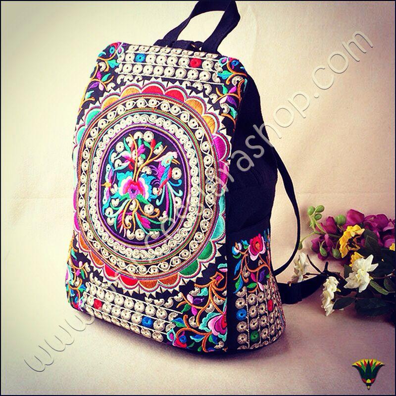 Colección bolsos estilo Boho. Mochila bordada sobre algodón