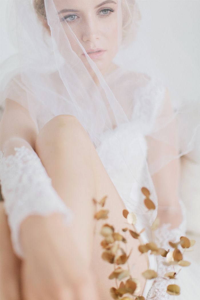 Dreamy Bride and gold bouquet - Gold themed wedding photo | fabmood.com
