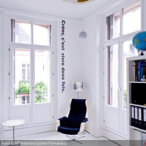 Schwarz auf Weiß: individuelle Wandtattoo wie hier mit französischem Spruch lassen den minimalistischen, weißen Raum aufleben! Mehr Ideen zur Wanddekoration auf  www.roomido.com/wohnen-einrichten/ideen/wanddeko