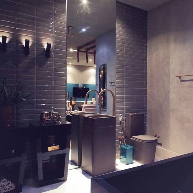 regram @decaoficial Para dar sensação de amplitude e ainda valorizar o pé direito do banheiro, que tal investir em um espelho que vai do chão até o teto? Bacia para caixa acoplada LK marrom fosco P.230.22 e a cuba quadrada de apoio LC.26.22. #Deca #Decor #Toilet #CasaCorAlagoas