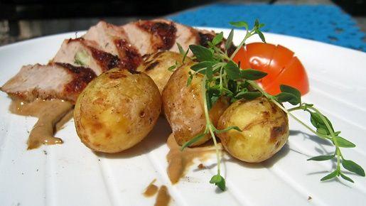 Hyvät raaka-aineet toimivat yksinkertaisesti valmistettuna. Maukas porsaanfilee ja grillissä tirisevät perunat istuvat hyvin kesäiseen ruokapöytään.