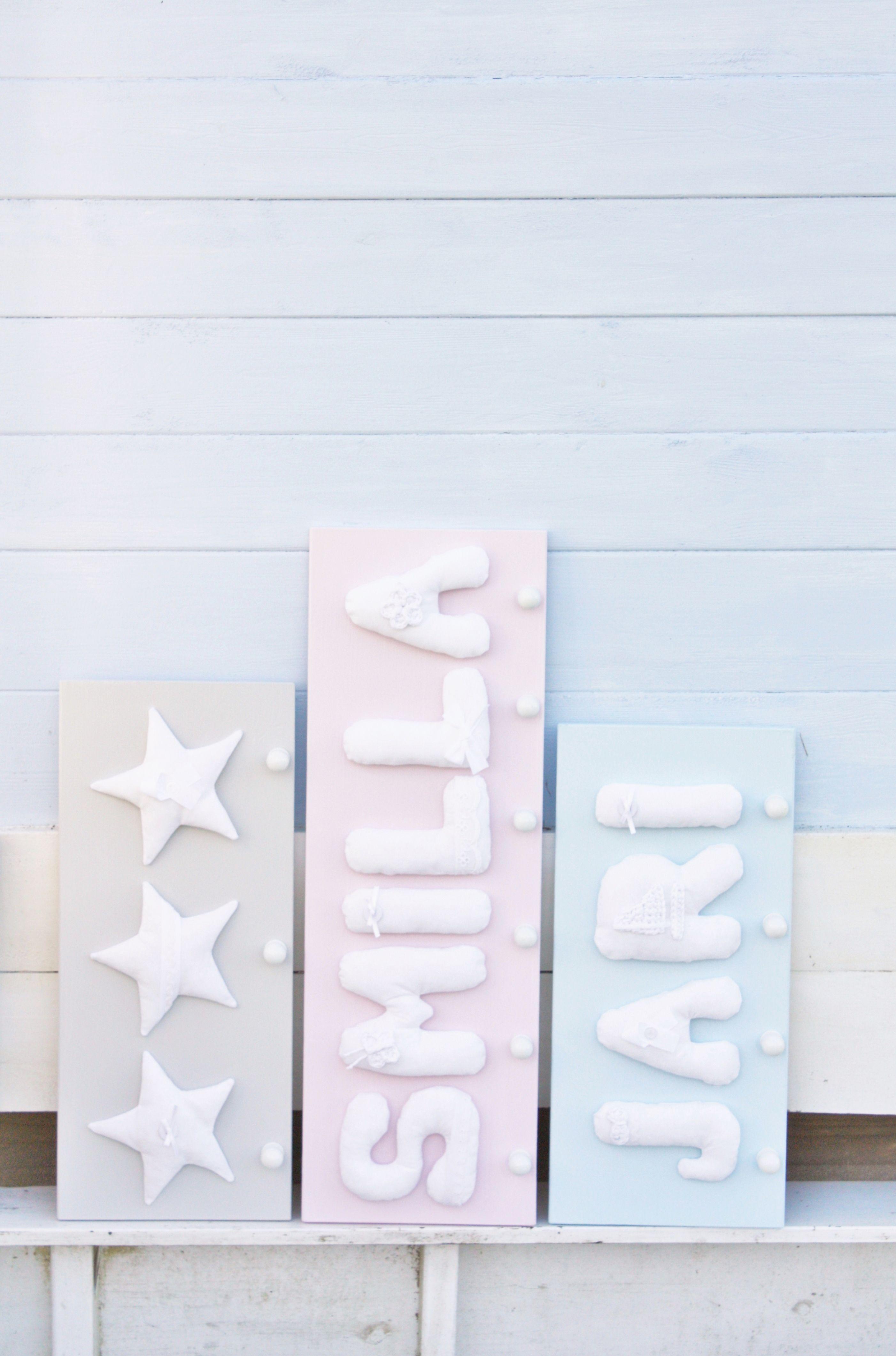 In zarten Pastellfarben gehaltene Garderobe mit Buchstaben bzw ...
