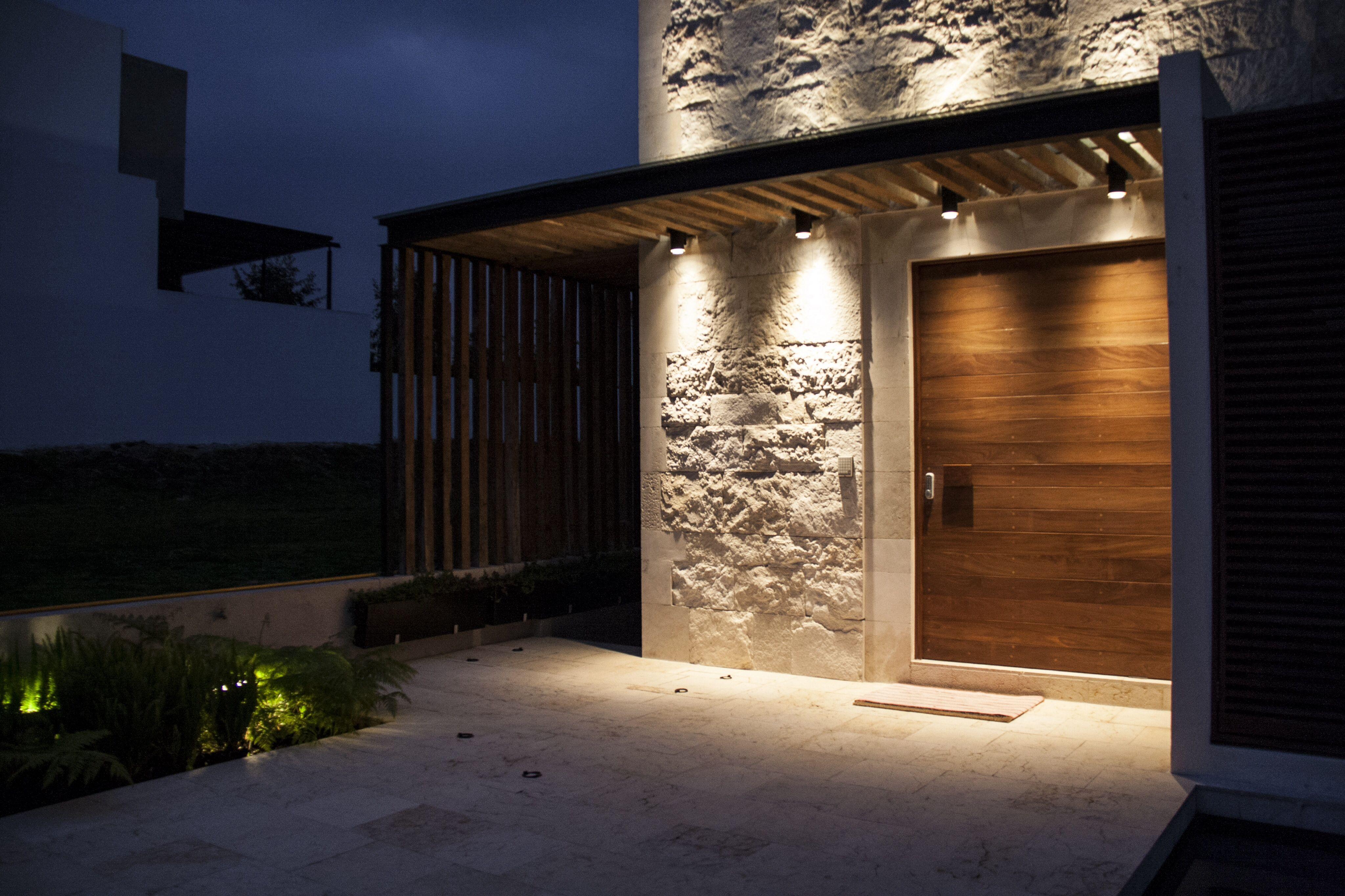 Casa ss fachada muros de piedra iluminaci n - Lamparas para pasillos casa ...