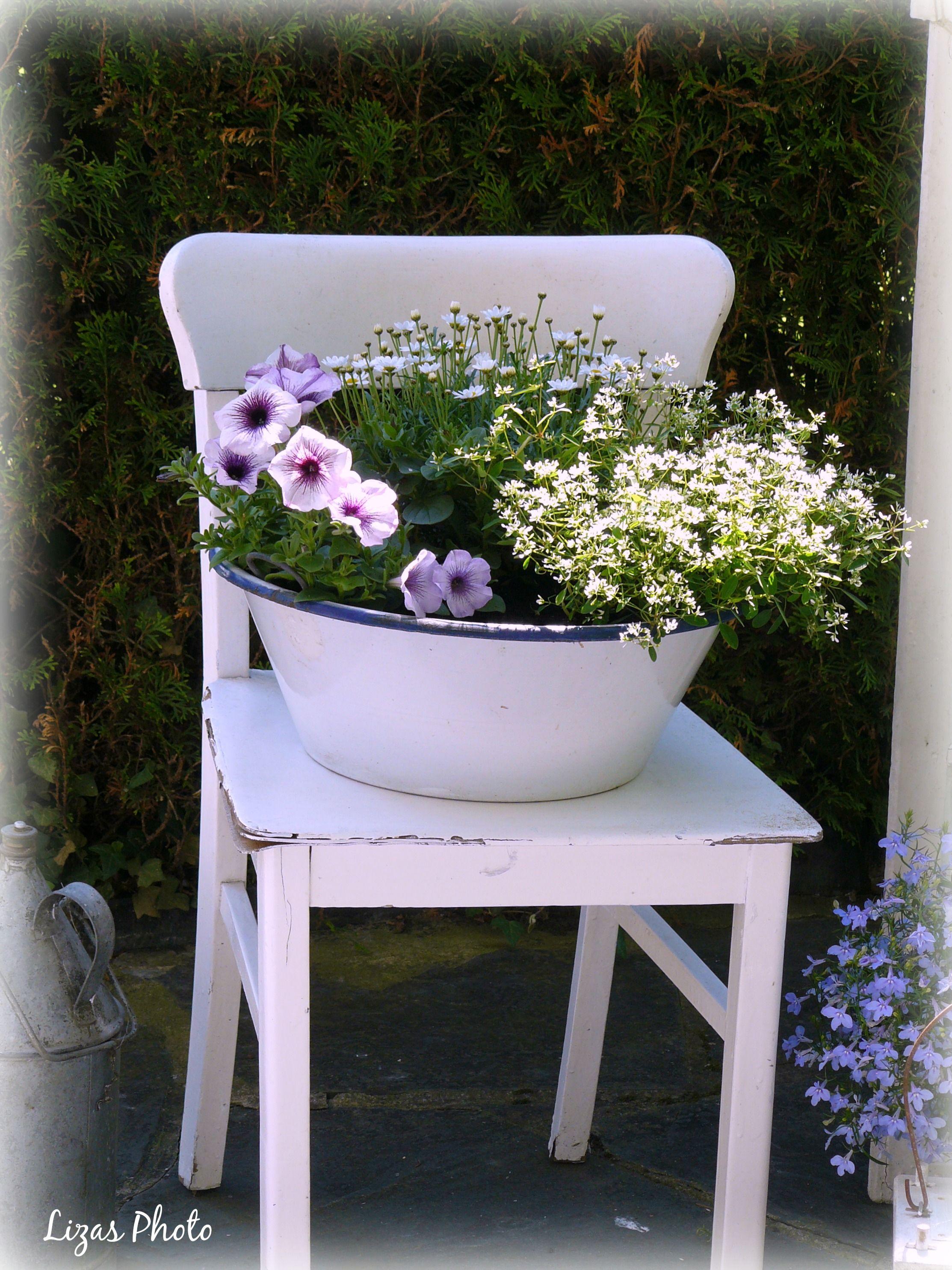Alter Stuhl mit Blumen   Lizas weiße Deko-Ideen   Pinterest   Alte ...