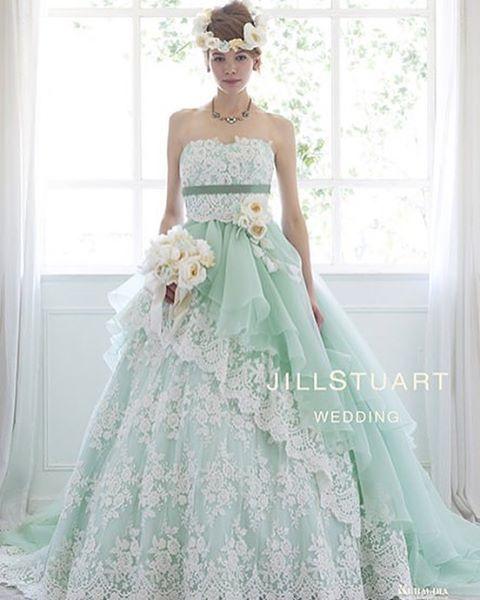 ◌ ͙❁˚ #jillstuart のパステルグリーンのカラードレスが素敵 * 総レースのドレスに斜めの#オーガンジー のラインがふわっとした印象に◎ * #花冠 を取り入れて、#ナチュラルウエディング に着たい一着ですね * #結婚式準備 #プレ花 #卒花 #marryxoxo #ウェディング #結婚式 #ドレス
