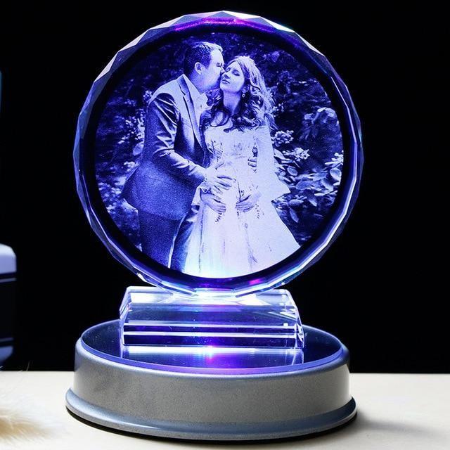 Dieses personalisierte LED-Kristallherz macht ein atemberaubendes Bild, das Sie überall hin mitnehmen oder als einzigartige Geschenkidee dekorieren können.  Das Bild vermittelt einen statischen 3D-Druck im Kristall, ist jedoch mit 2D-Merkmalen graviert, um hohe Kosten zu vermeiden.  Häufig gekauft wie bei den aufrichtigsten Beziehungen.  Suchen Sie nach einer einzigartigen Geschenkidee oder einem Kristallgeschenk, das Ihre Liebe zu jemandem, einem Tier oder einem bestimmten Objekt widerspiegelt