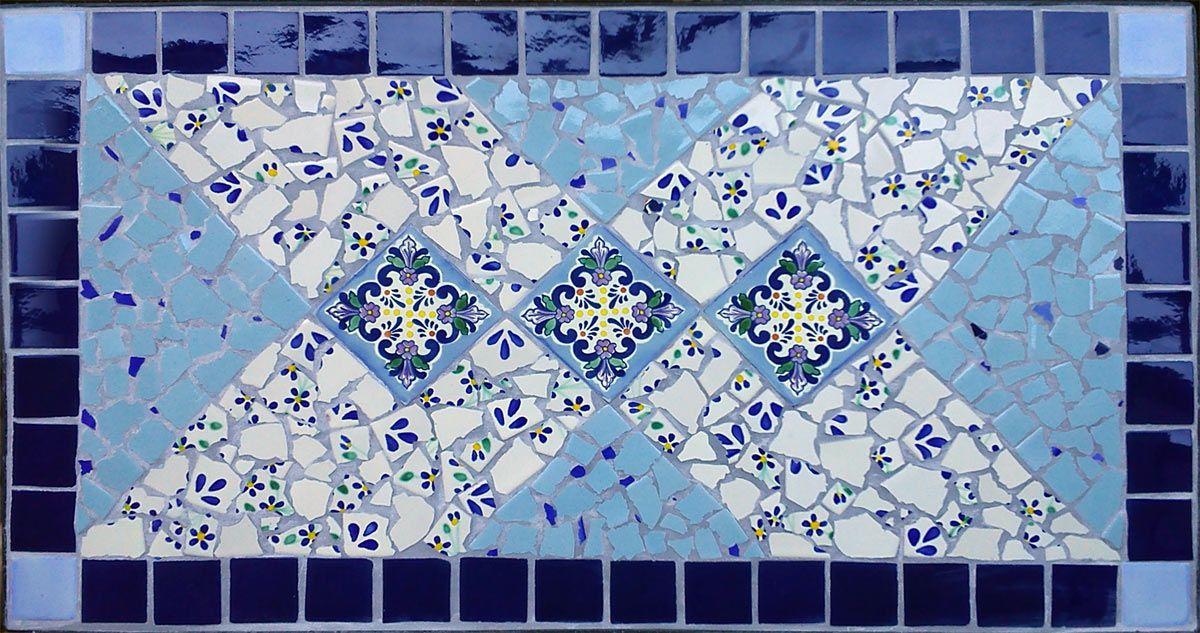 Mosaik Tisch in Blautönen mit zarten Blüten. Dieses Prachtstück im Endformat 90x50 cm ist mit hell-und dunkelblauen Mexiko-Fliesen als ganze (5x5) sowie als Bruchmosaik gestaltet worden