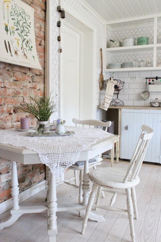 romantisch wohnen shabby chic weiße möbel essbereich backsteinwand