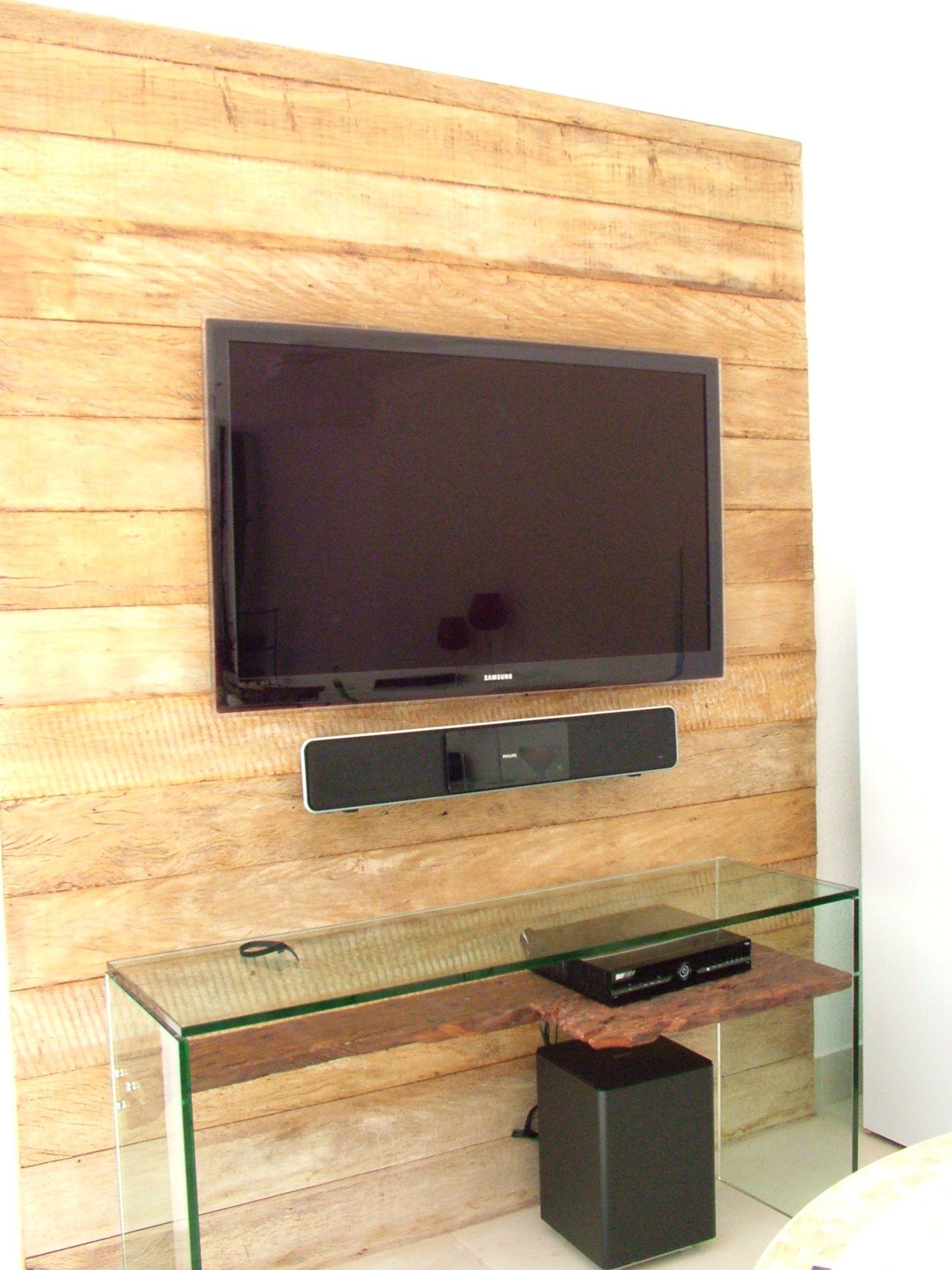 decoração de sala de visitas com lareira de canto e televisão
