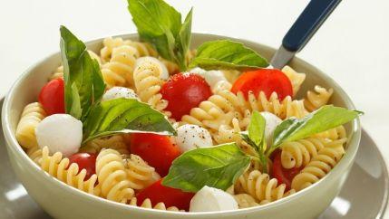 طريقة عمل سلطة المعكرونة بالجبن - Cheesy pasta salad recipe