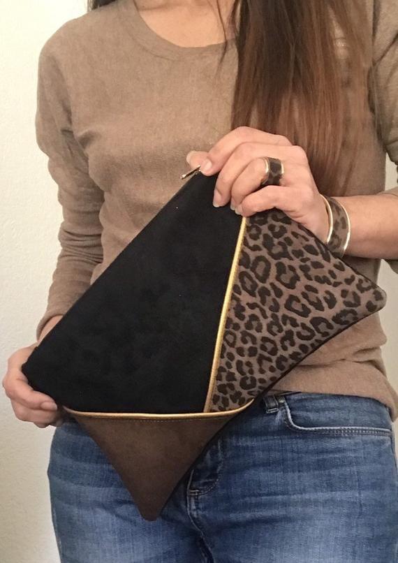 Cartera de piel con estampado de leopardo, ante negro y marrón.  Adornos de piel sintética dorada.  Cadena desmontable  – Bolsa
