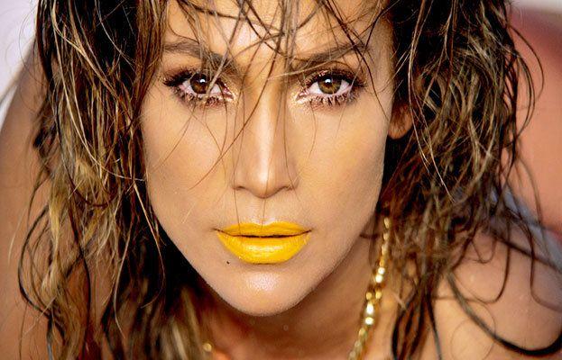 JLO Live it up: Jennifer Lopez conjuntamente con su amigo Pitbull lanzan un nuevo single para este verano Live it up, tenemos que destacar que lo que nos impacto más fueron sus labios en mostaza. ¡ Échale un vistazo al videoclip donde JLO es una famosa modelo¡