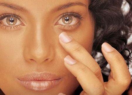 Existem inúmeros agentes causadores do aparecimento de manchas vermelhas no rosto. As mais comuns se devem a quadros infecciosos de doenças, alergias (mais