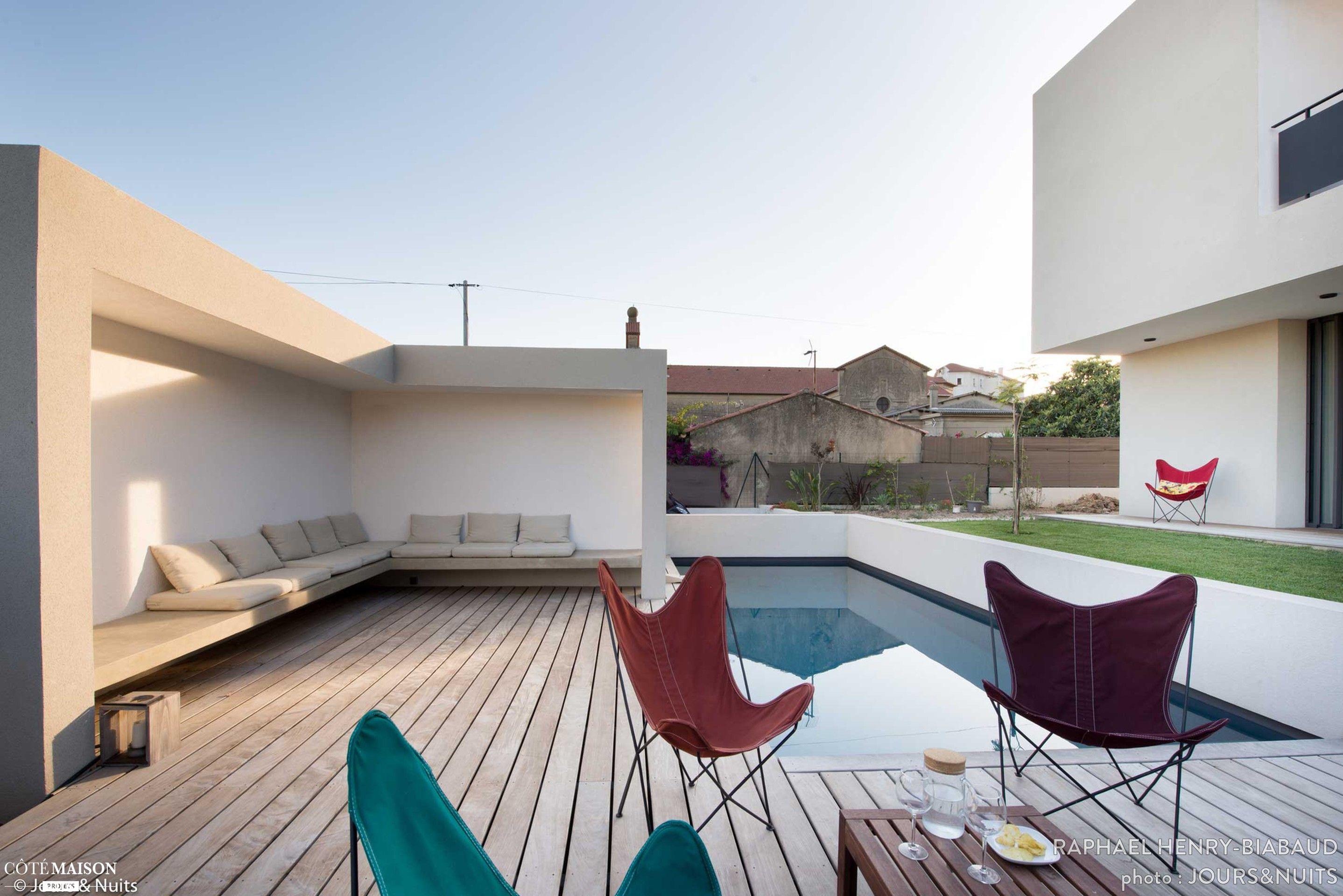 les chaises de jardin invitent prendre l 39 ap ritif au bord de la piscine maison de r ve par. Black Bedroom Furniture Sets. Home Design Ideas