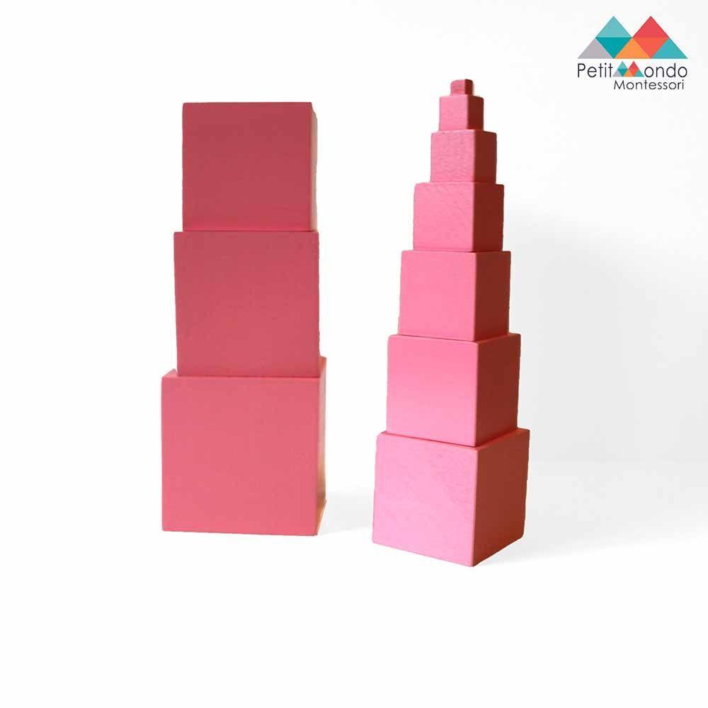 10 cubos de madeira de cor rosa.   Os cubos variam de  10cmx10cmx10cm a 1cmx1cmx1cm. A criança pode também utilizar este material com os cartões de comando para download.
