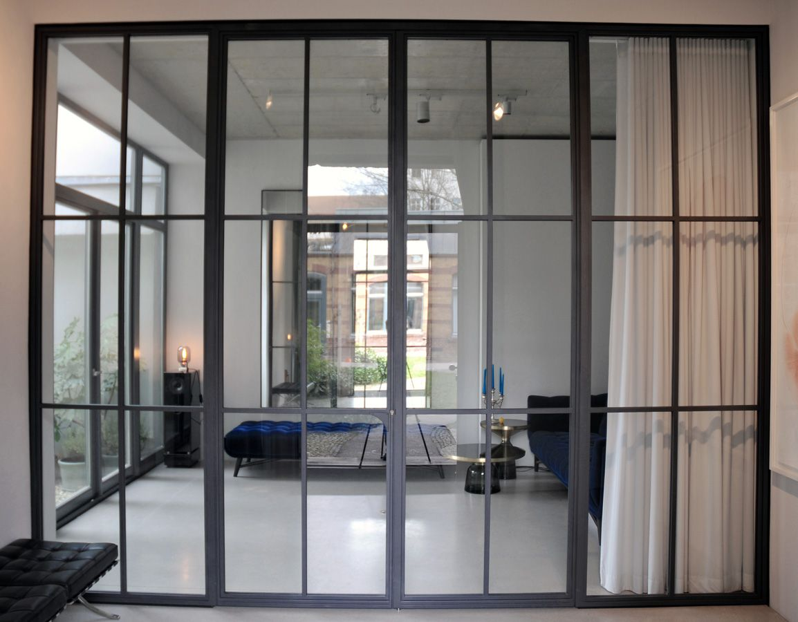 glaswand mit schlanken sprossen interiors. Black Bedroom Furniture Sets. Home Design Ideas
