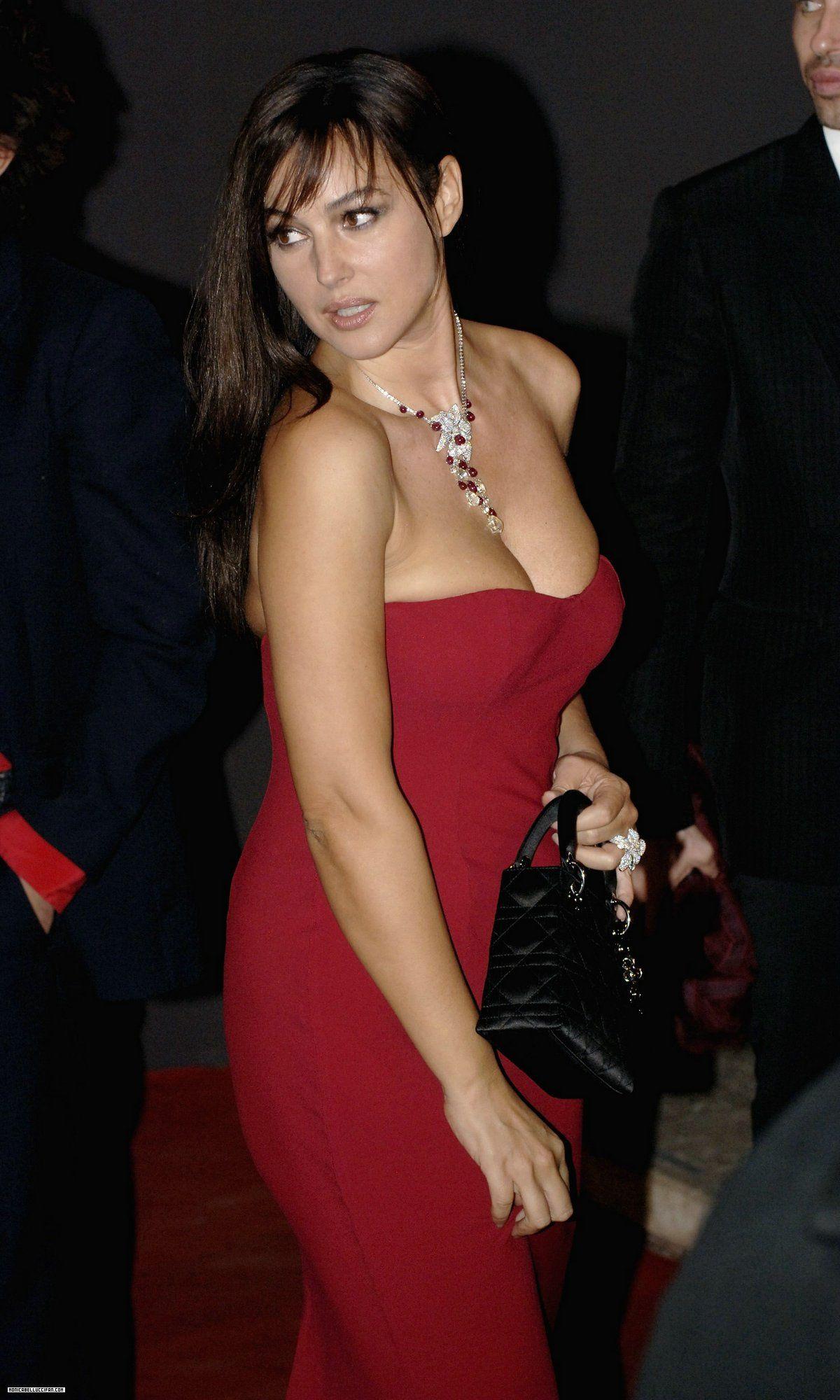 Monica Bellucci showed her body in a candid scene