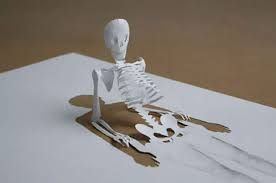 Naam werk: Rising Skeleton Naam kunstenaar: Onbekend Afmetingen: Onbekend Materiaal: Papier, schaar