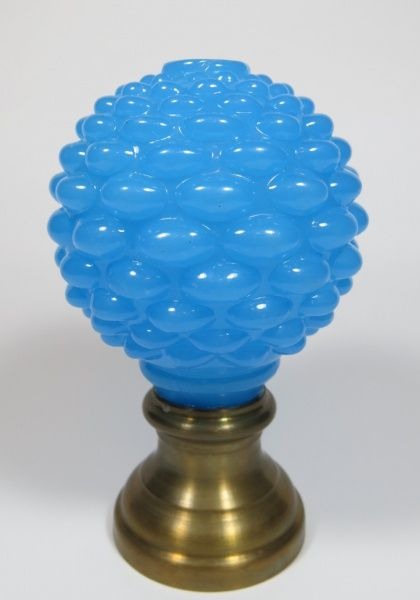 BACCARAT - pinha de opalina francesa, sec. XIX, na cor azul, formato globular, moldada na forma do fruto, base de bronze. med: 13 cm de altura. Vendido R$710,00 set14.