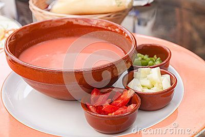 Gaspacho - soupe froide à tomate avec des ingrédients