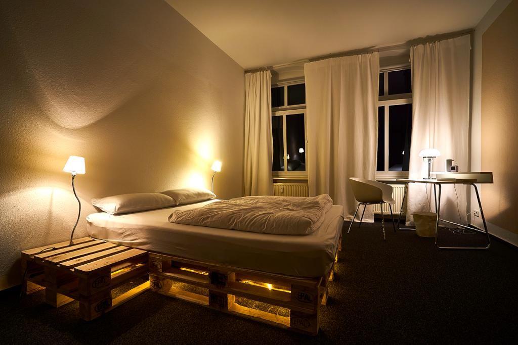 romantische atmosph re mit nachttisch bett kombination aus holzpaletten doityourself. Black Bedroom Furniture Sets. Home Design Ideas