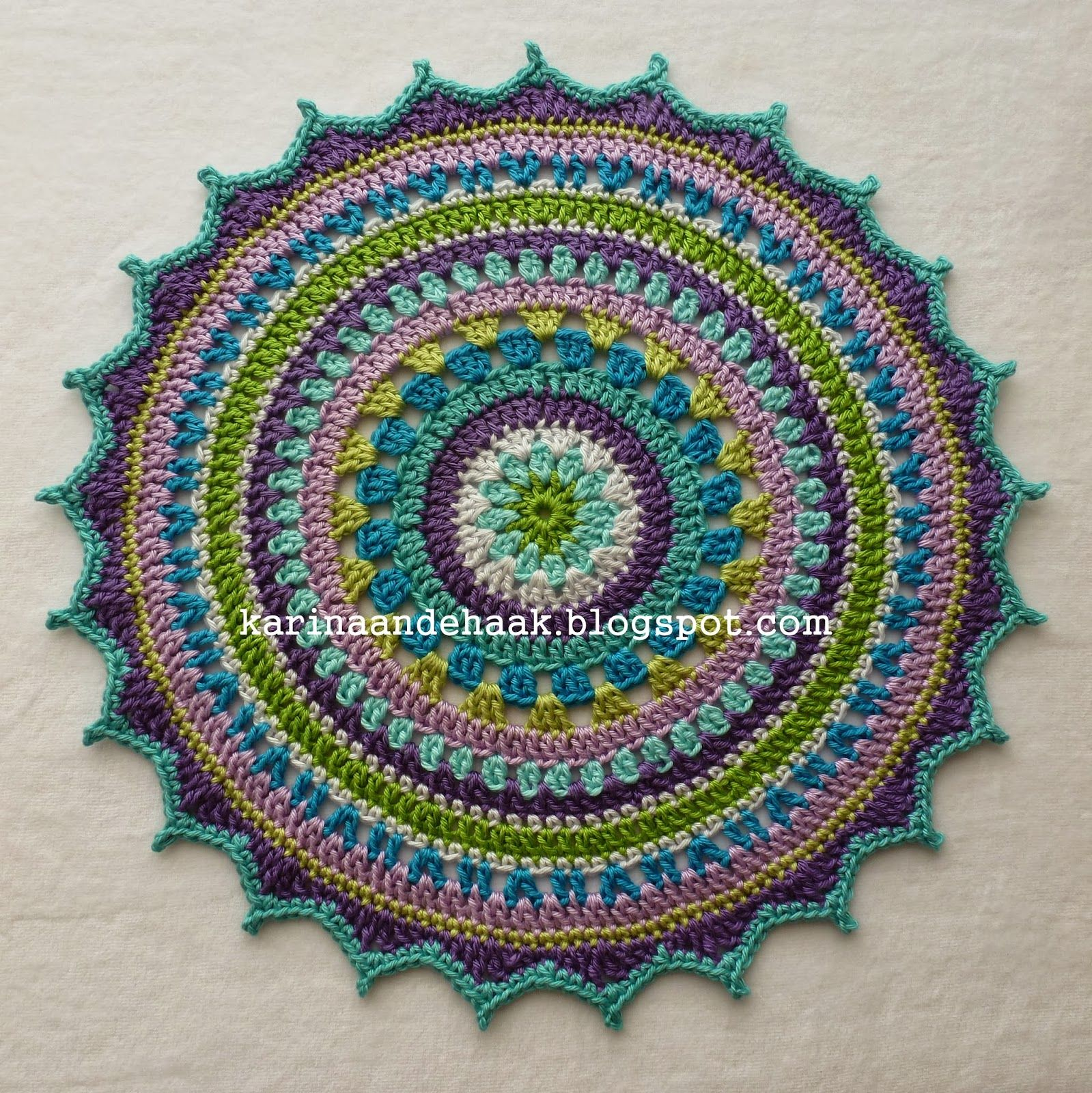 Karin aan de haak! Kleedje voor Boeddha - Patroonhttp://made-in-k-town.blogspot.de/2012/05/little-spring-mandala.html?m=1