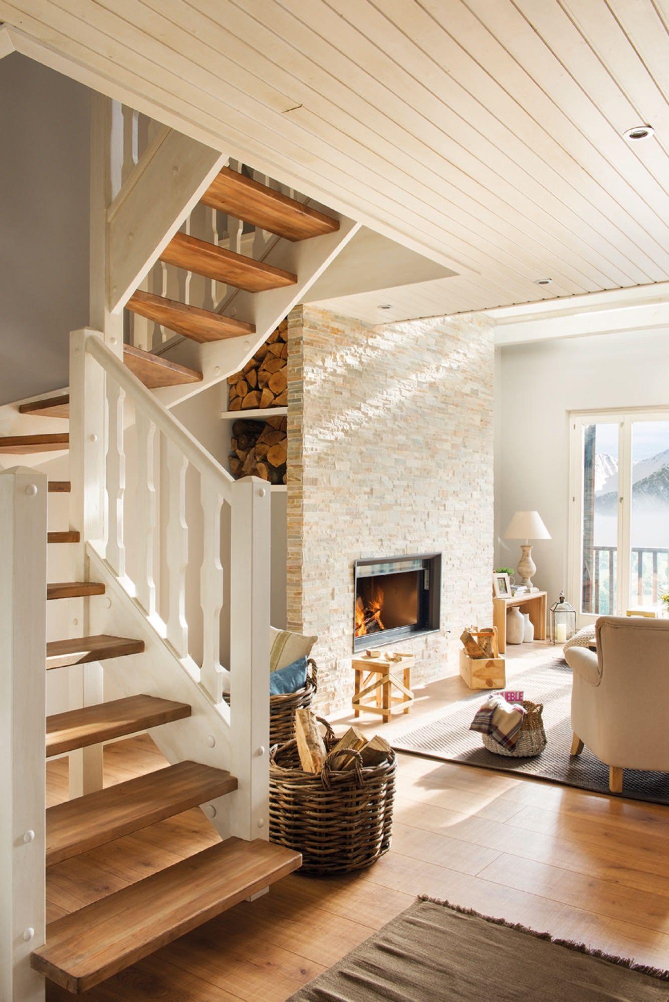 Escalera y chimenea en un piso de monta a caba a blanca - Chimeneas para pisos ...