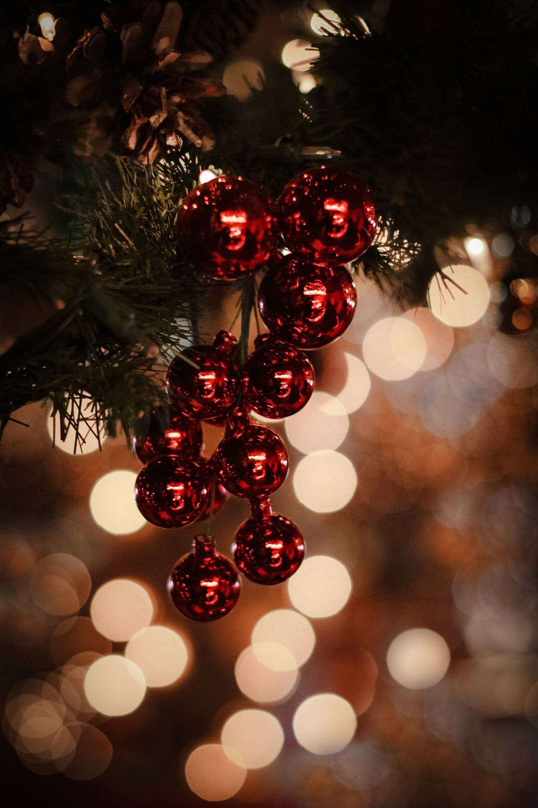 Macro Photography Of Red Christmas Baubles Photo Free Ornament Image On Unsplash Wallpaper Iphone Christmas Christmas Phone Wallpaper Christmas Wallpaper Hd