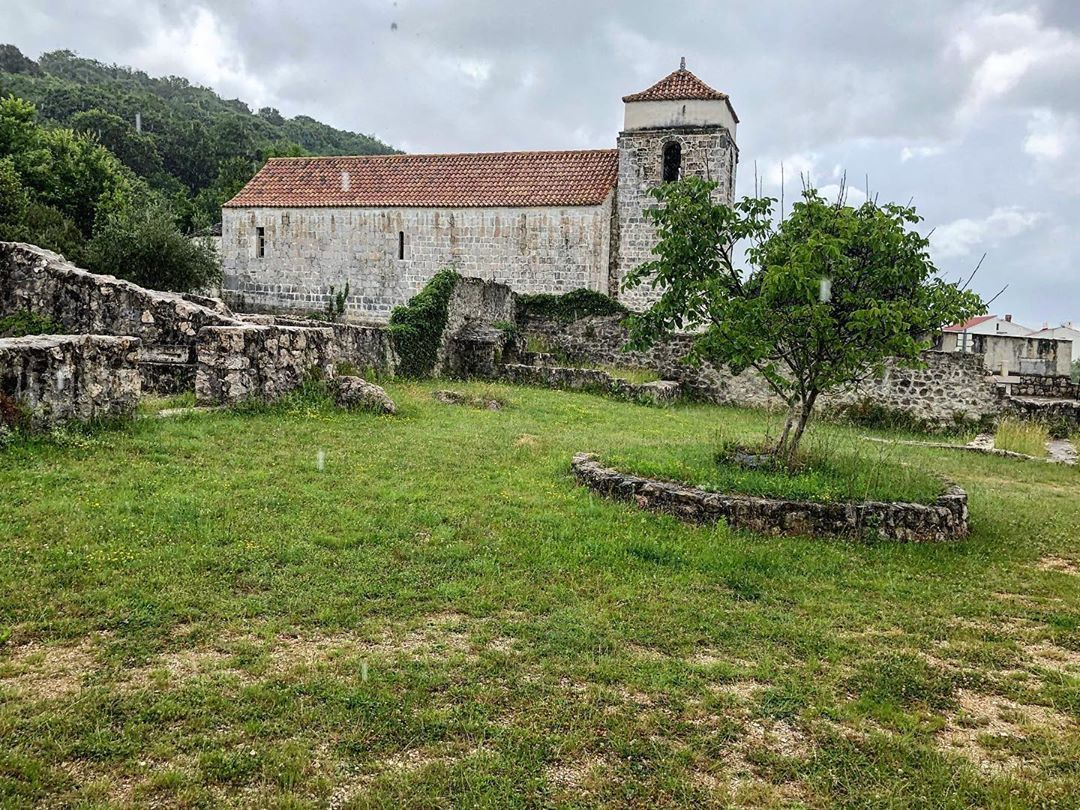 "Gian Luca Garattoni on Instagram Jurandvor, Kvarner🇭🇷: ""Church of St.Lucy and remnants of the Medieval Abbey #be_one_archtecture #be_one_sacro #total_sacro #igrejasemfoco #asi_es_edificios…"""
