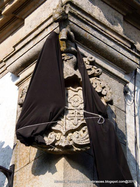 Solares e Brasões: Casa Grande de Gojim - Armamar - Portugal. Quando falecia um membro de casas brasonadas, os familiares cobriam  o brasão com um pano preto em sinal de luto.