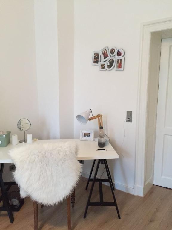 schreibtisch mit stuhl und fell f r effektive und. Black Bedroom Furniture Sets. Home Design Ideas