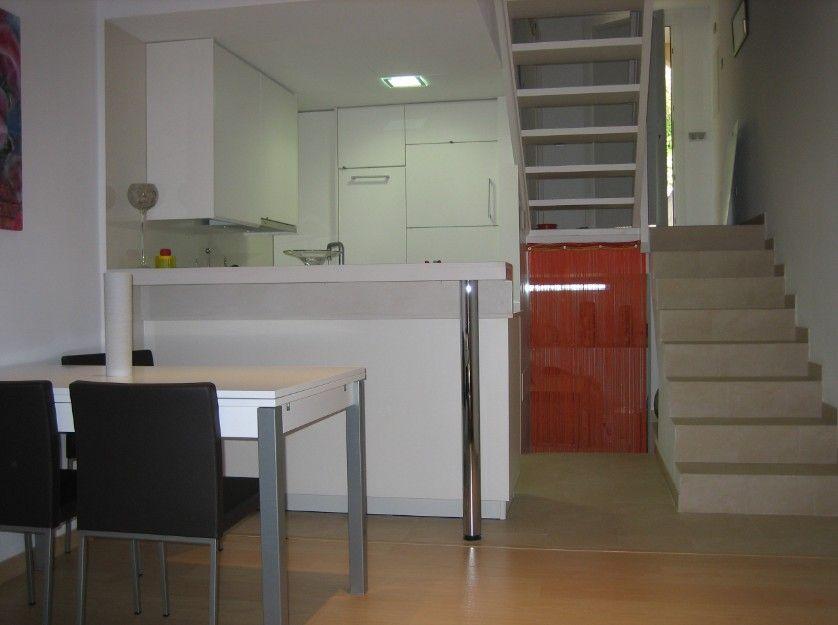 Cocina abierta al salón tras la reforma de este apartamento ...