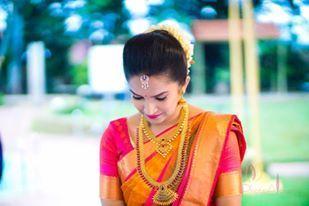 Südindische Braut. Goldindischer Brautschmuck. Tempelschmuck. Jhumkis.Rote Seide ... - #Braut #Brautschmuck #Goldindischer #JhumkisRote #Seide #Südindische #Tempelschmuck #brautblume