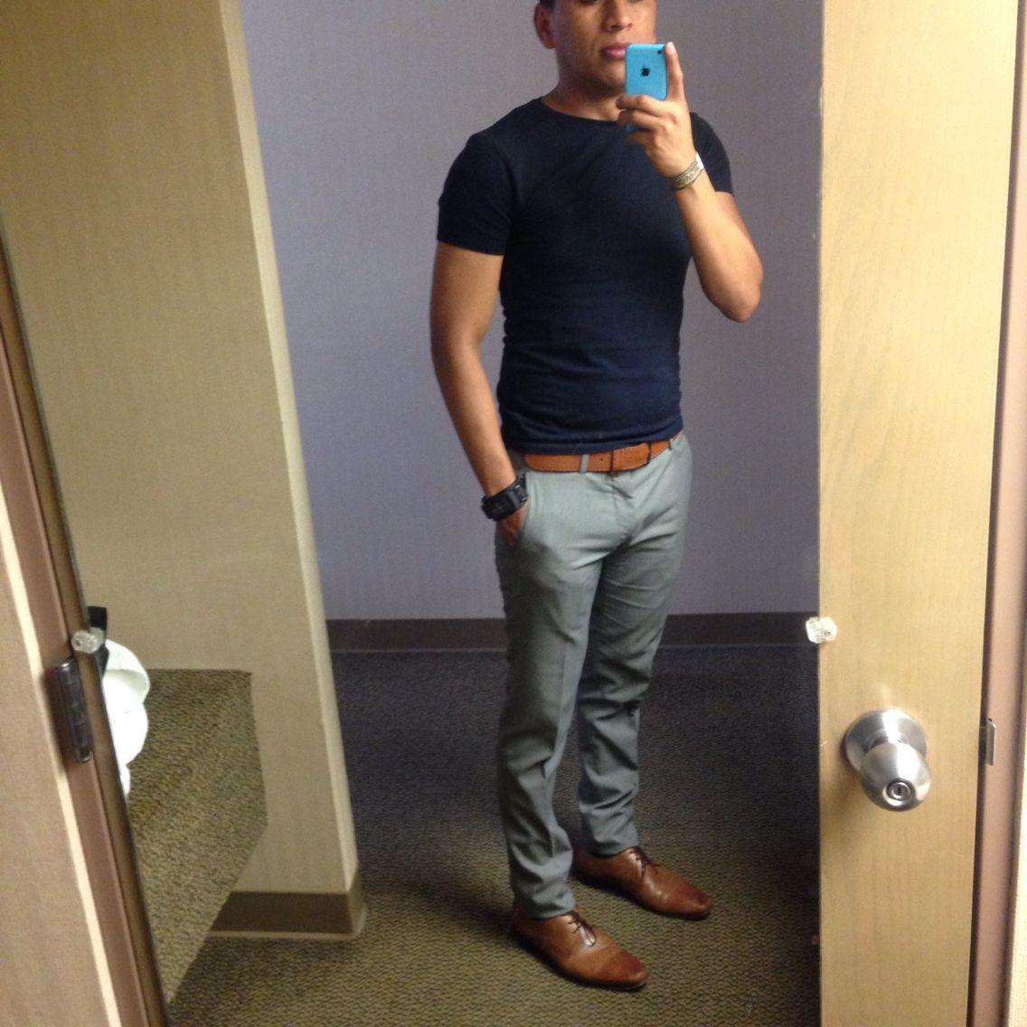 Playera azul , pantalón gris , cinturón y zapatos cafés