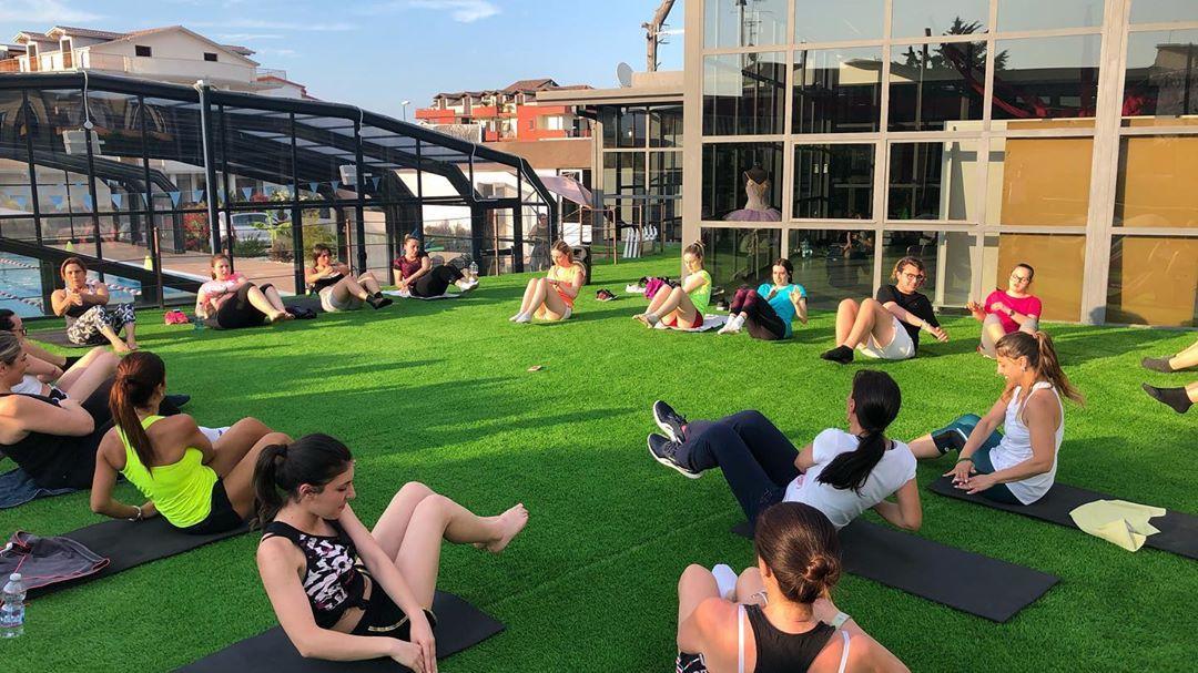 Iniziano gli allenamenti all'aperto... Ecco perché amo l'estate ☀️😁🤸🏼♀️🧘🏼♀️ . . . #fitnessmotiva...