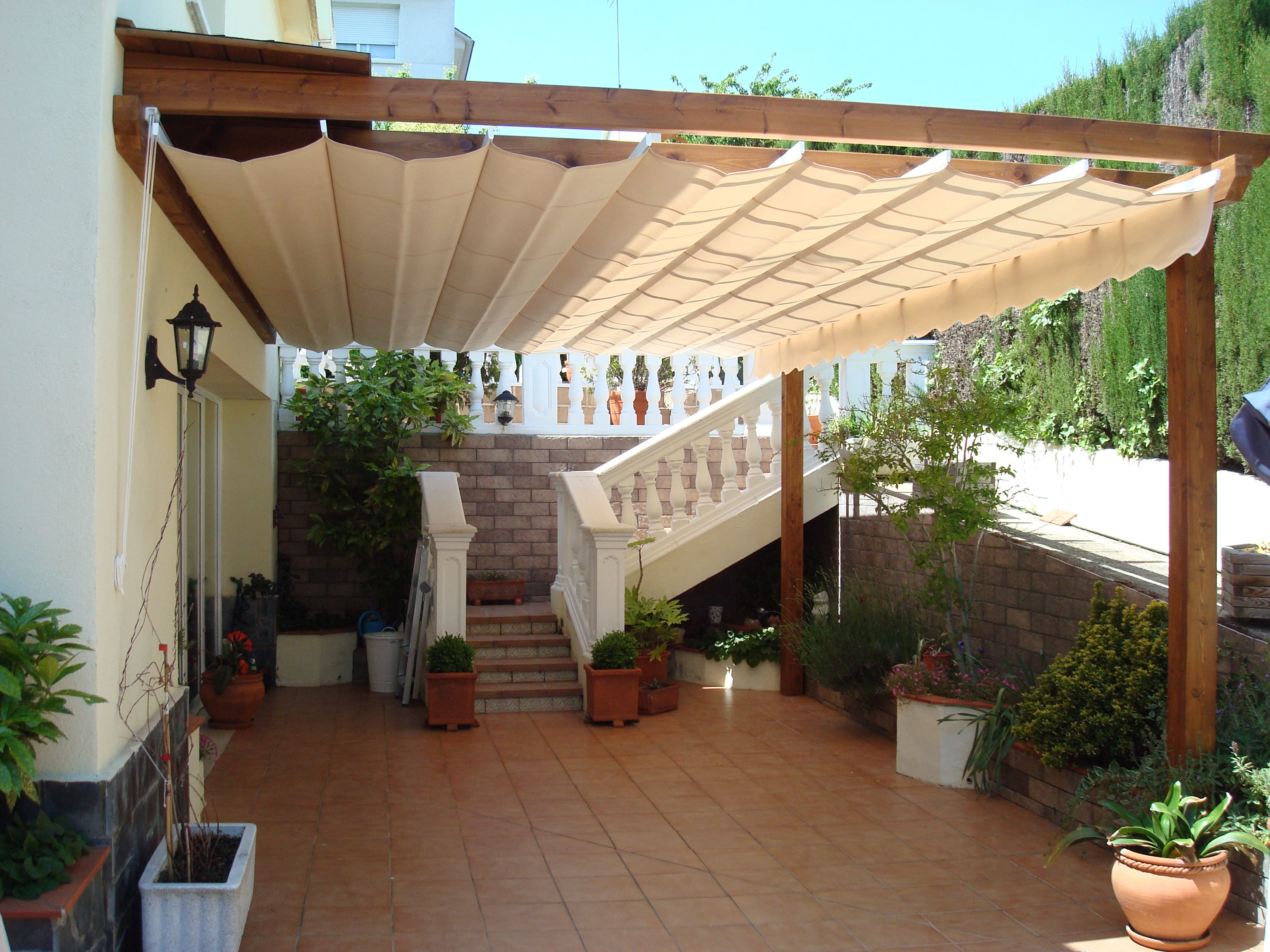 P rgola adosada con toldo acrilico corredero pergolas de for Toldos para patios