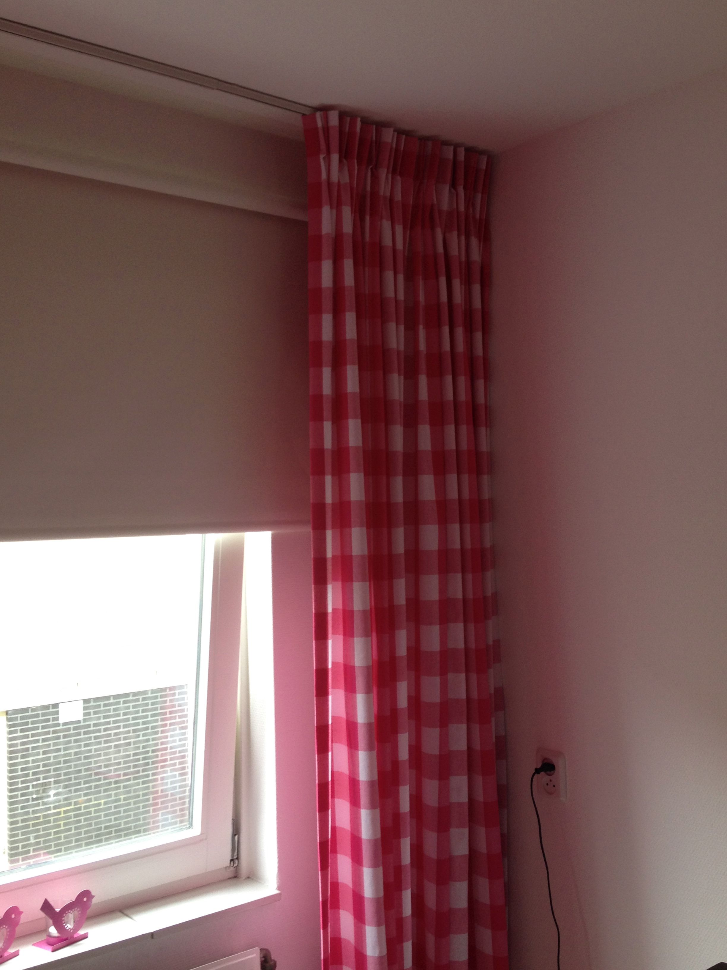 gordijn van boerenbont ruit stof 5cm op meisjeskamer in de kleur fuchsia roze stofkwaliteit 875