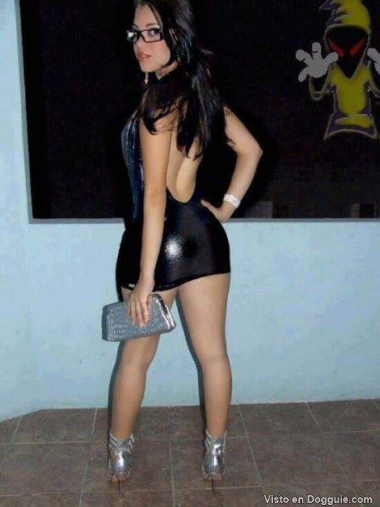 Mujeres en vestidos muy cortos
