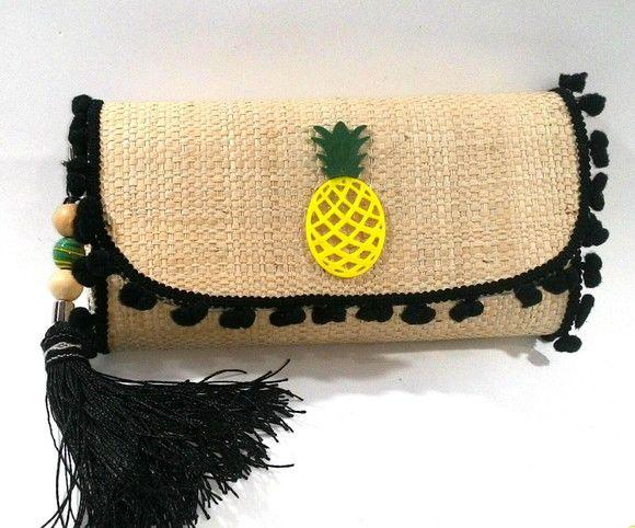 Clutches de palha, feitas a mão, toda customizada com muito estilo e bom gosto….