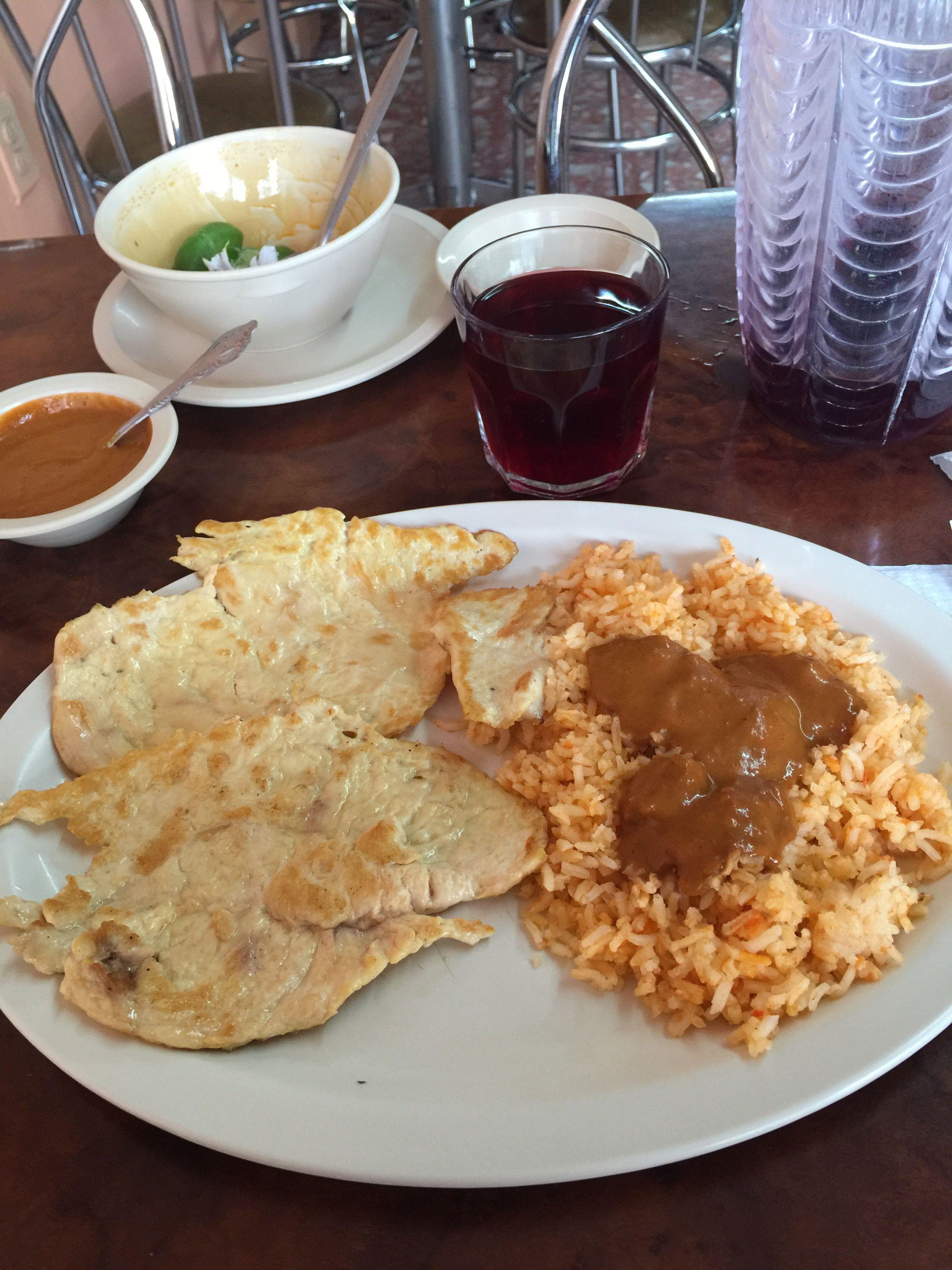 Pechuga de pollo asada acompañada de arroz rojo.