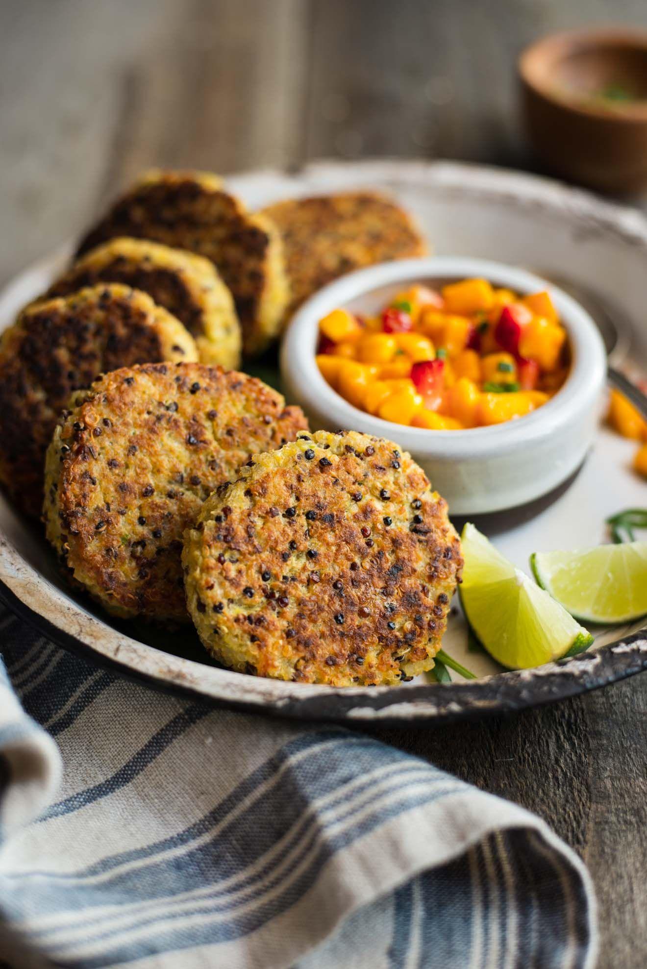 Gesunde Quinoa Kuchen mit Kichererbsen und Mango Salsa - diese Protein-verpackte Kuchen sind hervorragend als Aperitif oder eine Mahlzeit!  von @healthynibs