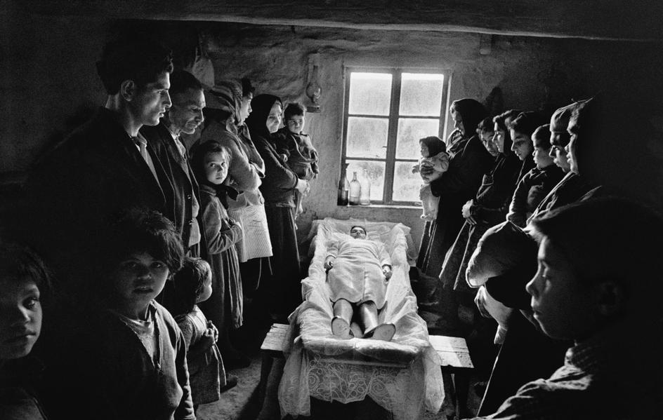 Funeral gitano, Jarabina, Eslovaquia – Josef Koudelka, 1963 // #death