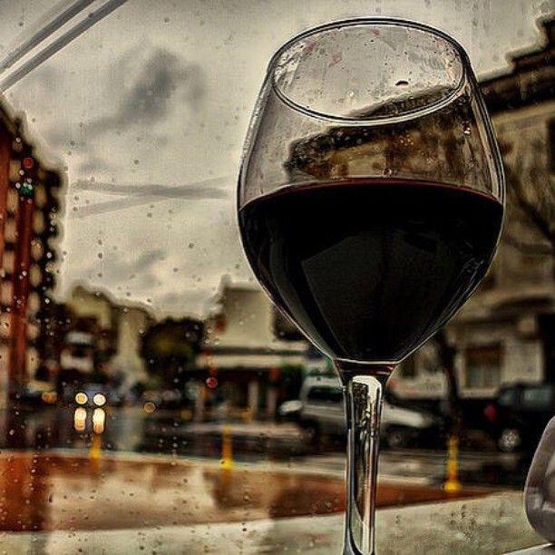 """#mulpix """"Acabo de salvar um vinho, estava preso dentro de uma garrafa nessa chuva.""""  wwwineon.com.br  #instavinho  #instawine  #wine  #wineon  #wineonbrasil  #chuva  #igual  #vinho  #frio  #saude  #vida"""