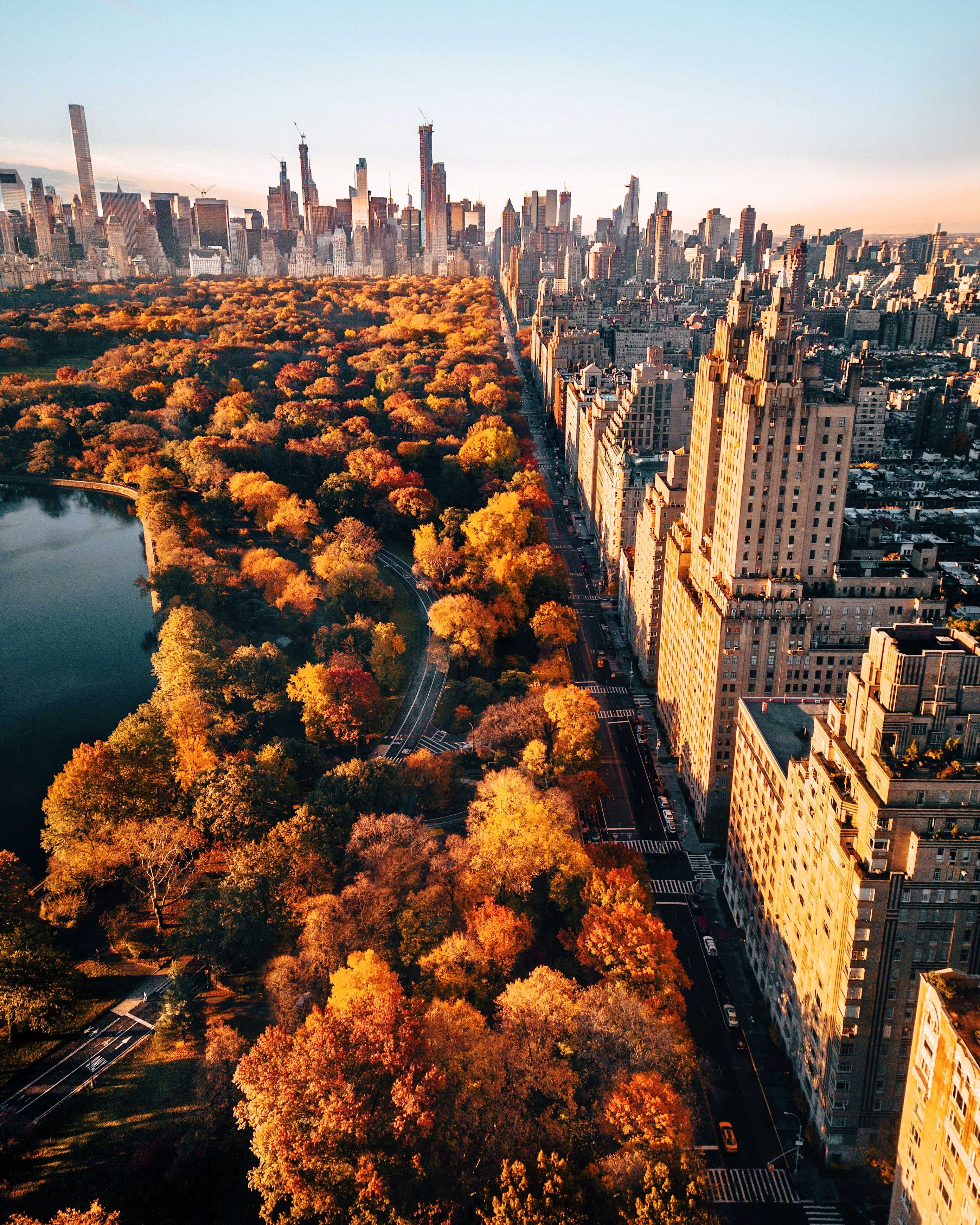 Whether you're enjoying the skyline from a rooftop lounge or the fall colours at ground level, the #BigApple 🗽 is pretty easy on the eyes in the fall. 🍂  A local #NewYork guide can show you all the secret spots most larger tours miss.
