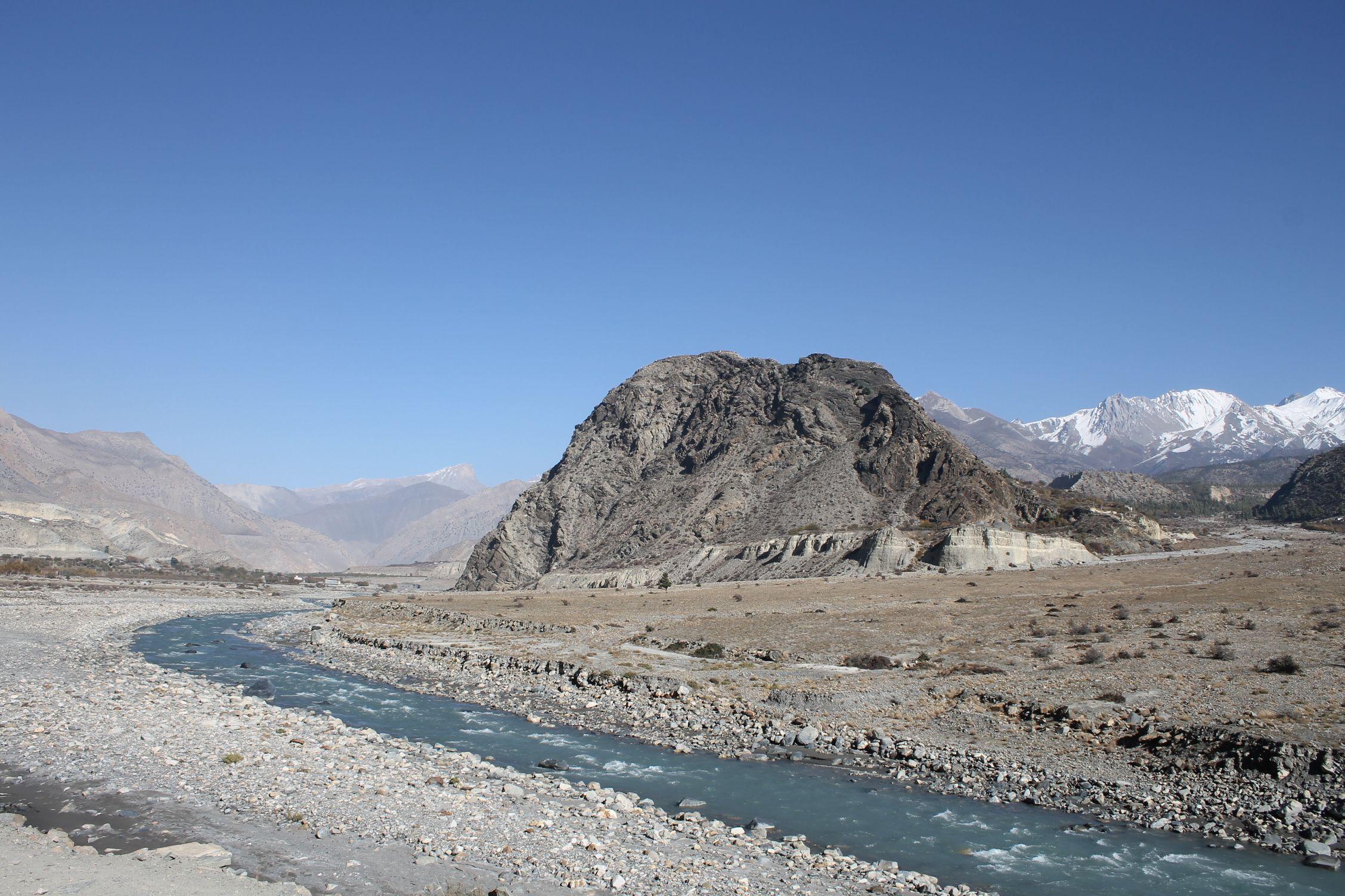 Caminando por medio del río, paisaje desértico