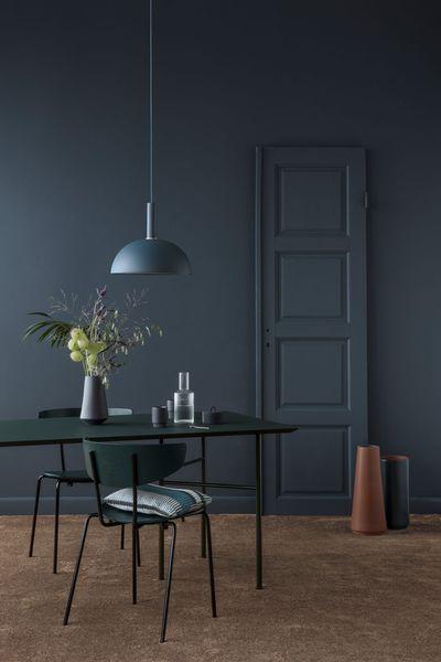 Dans ce coin repas bleu marine teinté de mobilier vert sapin - Peindre Meuble En Chene Vernis