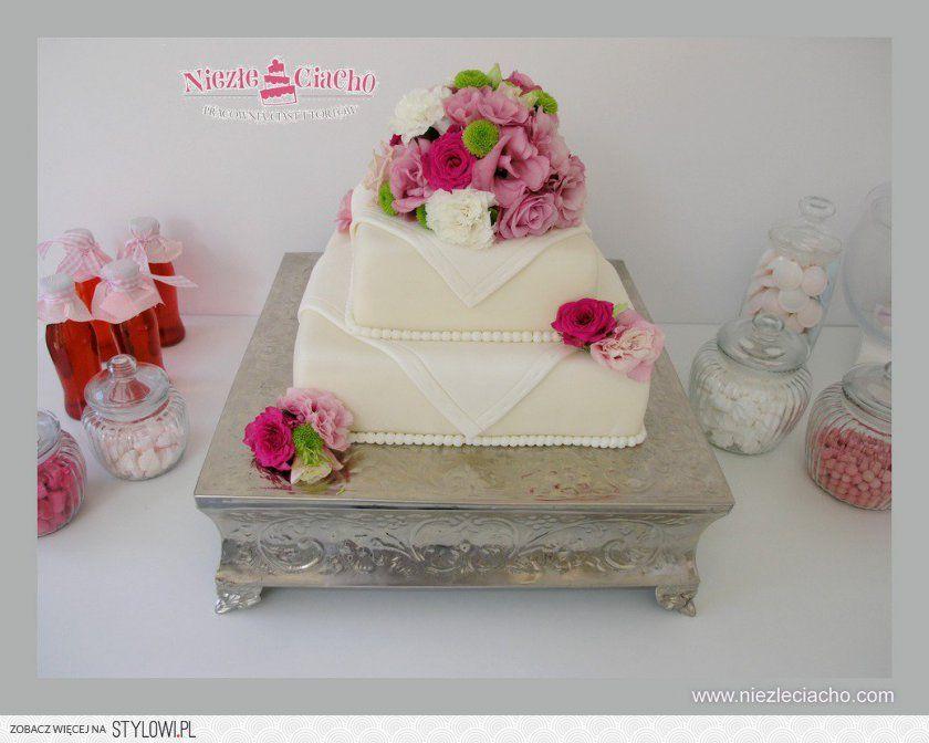 Bialy Tort Weselny Z Kwiatami Kwiatowy Tort Weselny P Cake Desserts