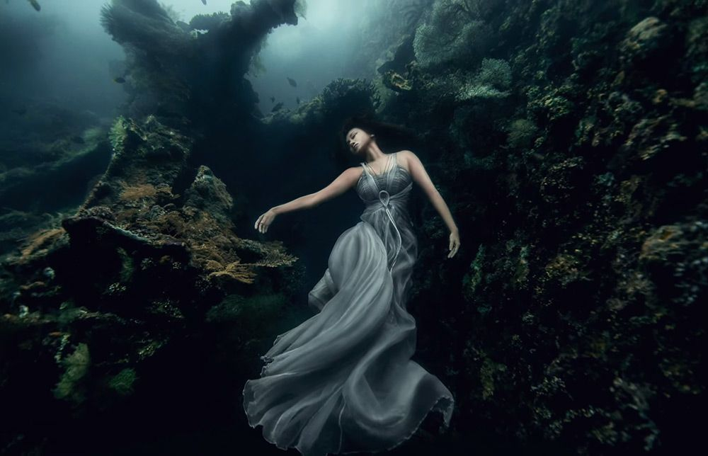 A Surreal Photoshoot on an Underwater Shipwreck in Bali  http://www.thisiscolossal.com/2014/06/a-surreal-photoshoot-on-an-underwater-shipwreck-in-bali/